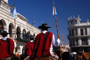 800px-Poncho_argentino gauchos en salta